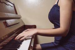 Detalle de las manos de la mujer que juegan el piano Imágenes de archivo libres de regalías