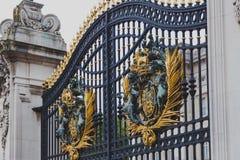 Detalle de las puertas fuera del Buckingham Palace Foto de archivo libre de regalías
