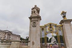 Detalle de las puertas fuera del Buckingham Palace Imagenes de archivo