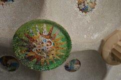 Detalle de las tejas de mosaico en el tejado de Sala Hipostila en la ana del ¼ del parque GÃ en Barcelona, España Imágenes de archivo libres de regalías