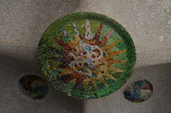 Detalle de las tejas de mosaico en el tejado de Sala Hipostila en la ana del ¼ del parque GÃ en Barcelona, España Foto de archivo