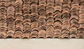 Detalle de las tejas de tejado resistidas viejas de la terracota Foto de archivo libre de regalías