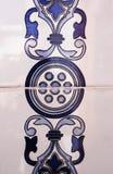 Detalle de las tejas tradicionales de la fachada de la casa vieja fotos de archivo