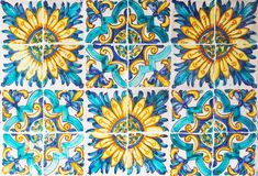 Detalle de las tejas tradicionales de la fachada de la casa vieja Azulejos decorativos Tejas tradicionales valencianas Modelo 08 Fotos de archivo