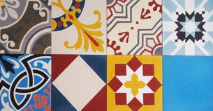 Detalle de las tejas tradicionales de la fachada de la casa vieja Azulejos decorativos Tejas tradicionales valencianas Modelo 08 imagen de archivo libre de regalías