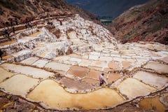 Detalle de las terrazas de la sal en las cacerolas de la sal de Maras, cerca de Cusco imagenes de archivo