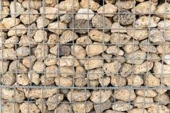 Detalle de las unidades de creación de la pared con la cesta de piedra del alambre de la malla imagenes de archivo