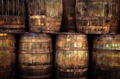 Detalle de los barriles de madera viejos apilados del whisky imagen de archivo