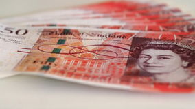 Detalle de los billetes de banco de 50 libras con la cara de la reina del Reino Unido Fotografía de archivo