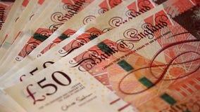 Detalle de los billetes de banco de 50 libras con la cara de la reina del Reino Unido Foto de archivo libre de regalías