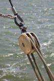 Detalle de los cables y de la polea de un Tjalk Fotos de archivo