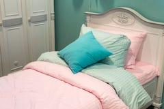 Detalle de los dormitorios para las muchachas imagenes de archivo