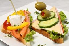 Detalle de los emparedados de los salmones y del queso Foto de archivo