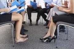 Detalle de los empresarios asentados en círculo en el seminario de la compañía Imagen de archivo