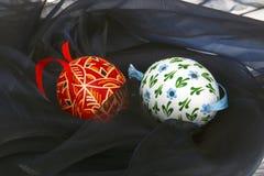 Detalle de los huevos de Pascua en el terciopelo negro Imagenes de archivo