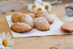 Detalle de los madeleines hechos en casa dulces franceses de los pasteles con ánimo de limón Foto de archivo libre de regalías