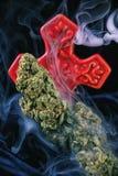 Detalle de los nugs secados del cáñamo y de x28; Strain& x29 de la marijuana del brote de dios; aislante Fotos de archivo