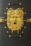 Detalle de los ornamentos y de los detalles de la puerta del edificio general de Capitania situado en Barcelona Foto de archivo