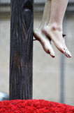 Detalle de los pies del Cristo crucificado Imagenes de archivo