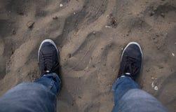 Detalle de los pies que se colocan en la tierra imágenes de archivo libres de regalías