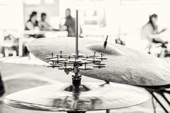 Detalle de los tambores y de los platillos, escena del concierto, descolorida Fotografía de archivo libre de regalías