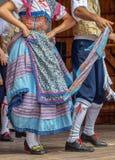 Detalle de los trajes populares tradicionales de bailarines italianos imagenes de archivo