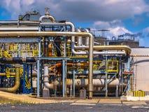 Detalle de los tubos de una fábrica de productos químicos Fotos de archivo