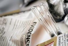 Detalle de los tubos de muestreo de la DNA en el equipo forense de Laboratorio fotos de archivo libres de regalías