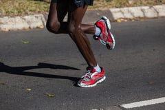 Detalle de los zapatos de las piernas del maratón Fotos de archivo libres de regalías