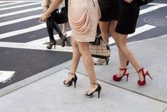 Detalle de los zapatos y de los talones de las mujeres al aire libre en Nueva York Imagen de archivo