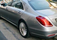 Detalle de lujo de la S-clase de Mercedes-Benz en ciudad Fotografía de archivo libre de regalías