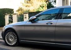 Detalle de lujo de la S-clase de Mercedes-Benz en ciudad Foto de archivo libre de regalías