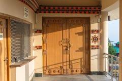 Detalle de madera de la puerta con la sombra del edificio en el área del templo de Lord Shiva en Siddhesvara Dhaam en Namchi Sikk Foto de archivo