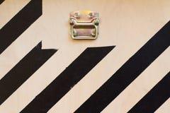 Detalle de madera de la puerta del contenedor para mercancías con las rayas negras Fotos de archivo libres de regalías