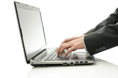 Detalle de manos borrosas usando el ordenador portátil Imagen de archivo