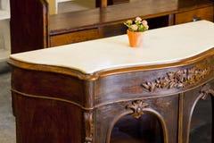 Detalle de muebles italianos de madera antiguos apenas restaurados con Foto de archivo