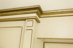 Detalle de oro del viejo estilo en una casa del chalet Fotografía de archivo libre de regalías