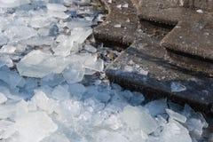 Detalle de pedazos de hielo quebrado en las escaleras Imagenes de archivo