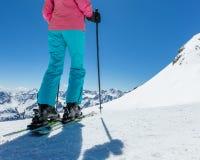 Detalle de piernas del esquiador de la mujer joven en landscap alpino hermoso fotos de archivo libres de regalías