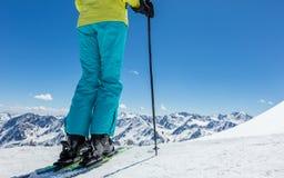 Detalle de piernas del esquiador de la mujer joven en landscap alpino hermoso fotografía de archivo