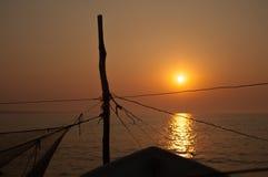 Detalle de pilares y de barcos de pesca de las cuerdas Foto de archivo libre de regalías