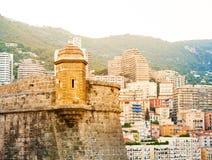 Detalle de Prince& x27; palacio de s en Mónaco-ville y la ciudad en el fondo Imágenes de archivo libres de regalías