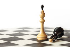 Detalle de reyes blancos y negros en el tablero de ajedrez Fotografía de archivo