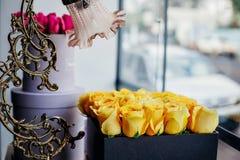 Detalle de rosas amarillas en caja con la lámpara de mesa foto de archivo