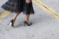 Detalle de tacones altos negros para mujer y del bolso en Nueva York Fotos de archivo libres de regalías
