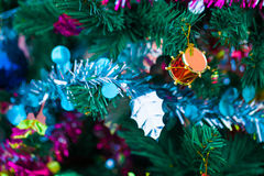 Detalle de un árbol de navidad iluminado hermoso Fotos de archivo libres de regalías