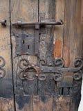 Detalle de un anillo del metal en una vieja puerta de madera marrón Imagen de archivo