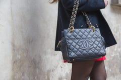 Detalle de un bolso fuera del edificio del desfile de moda de Anteprima para Mila Fotografía de archivo