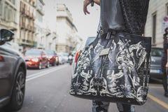 Detalle de un bolso fuera del edificio del desfile de moda de Cavalli para la semana 2015 de la moda de Milan Men Fotos de archivo
