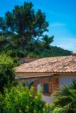 Detalle de un chalet blanco con el tejado tejado anaranjado y los argumentos enormes, Mallorca, Balearic Island, España imagenes de archivo